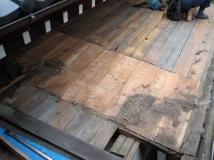 桟木とルーフィング撤去後の玄関庇