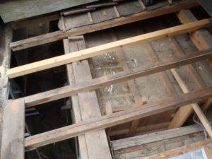 野地板撤去後の玄関庇