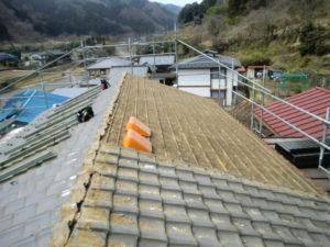 平場の瓦を撤去中の屋根