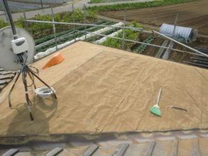 既存瓦と桟木を撤去した屋根