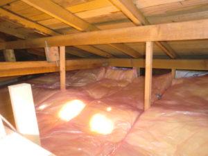 断熱材敷き詰めた屋根裏