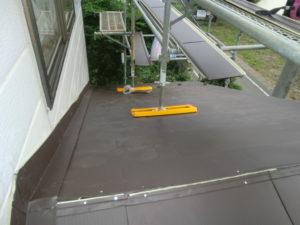 ガルバリウム鋼板葺きと雨押え取り付けをした下屋根