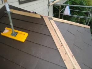 下屋根の三俣部分の棟板金下地張り