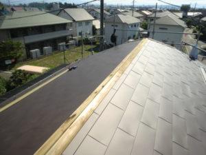 切妻屋根の棟板金下地張り
