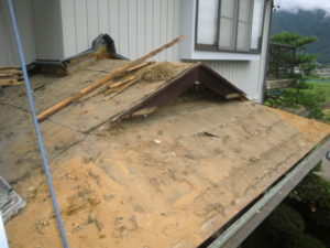 既存瓦撤去後の入母屋造り屋根