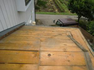 既存ルーフィング撤去後の入母屋屋根