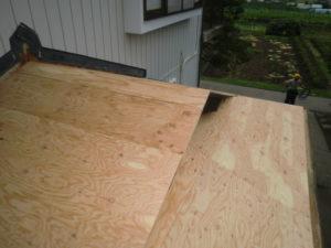 野地板上張り後の入母屋造り屋根