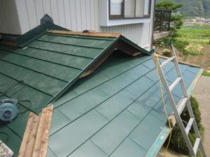 入母屋造り屋根棟板金下地取り付け中