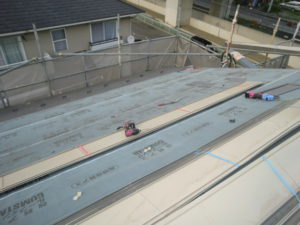 ガルバリウム鋼板を張ってる段階の写真