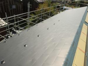 西側屋根ガルバリウム鋼板葺き完成