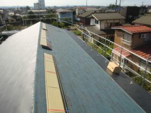 東側屋根ガルバリウム鋼板葺き途中