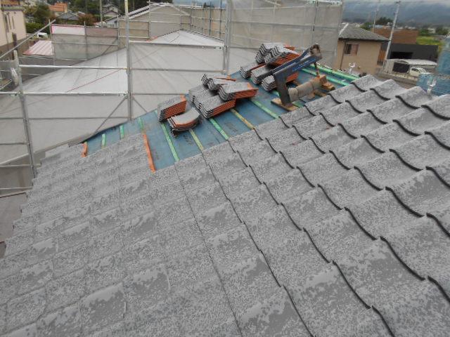 積み途中の瓦屋根