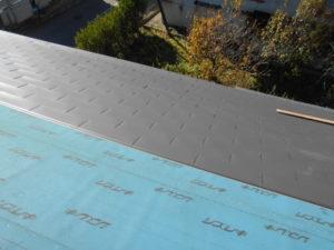 ガルバリウム鋼板張り途中の平部屋根