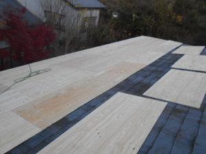 既存屋根の上に野地板張り