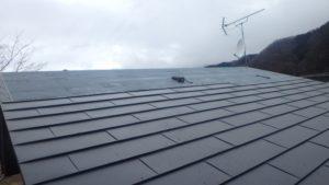 ガルバリウム鋼板張ってる最中の屋根