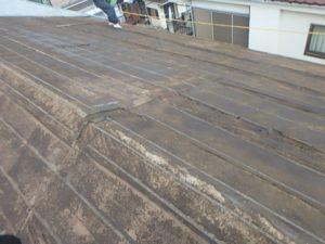 既存瓦を撤去してルーフィングだけの状態の屋根