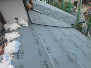 野地板の上にルーフィングを張り終えた屋根
