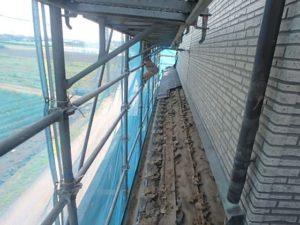 既存瓦撤去中の屋根