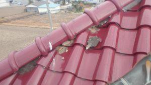 漆喰が取れてしまっている様子の屋根