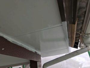 軒天井塗装中
