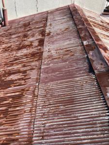 施工前のトタン波板屋根
