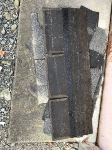 破損して飛んだ既存アスファルトシングル屋根材