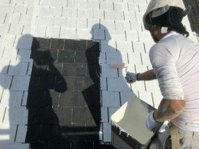 屋根を下塗り中