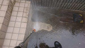 地面高圧洗浄中