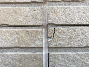 ヒビ割れた外壁