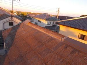 棟板金が飛散した屋根