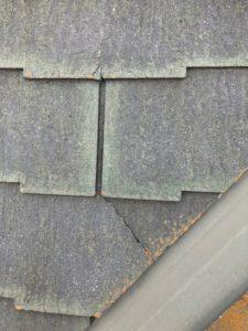 クラックの入ったスレート屋根