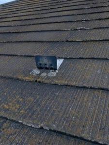 屋根にヒビ割れ