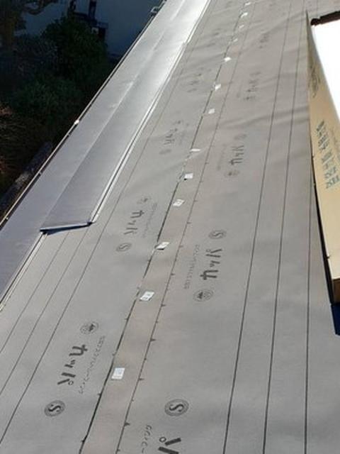 カバー工法工事 屋根材施工中