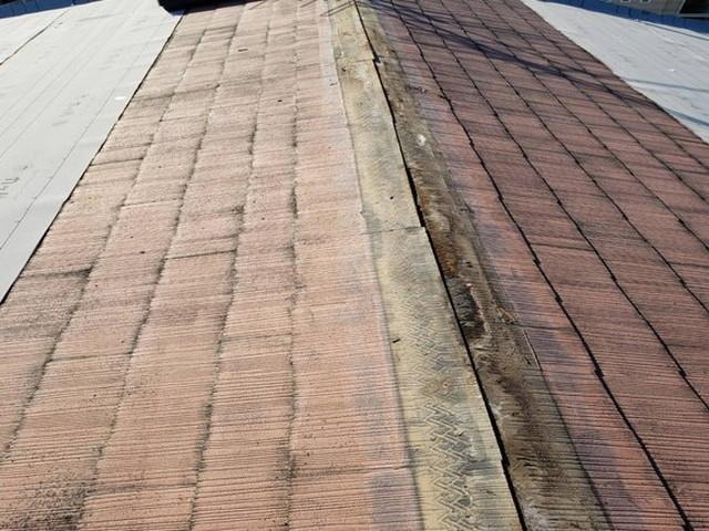 屋根カバー工法工事 ルーフィング施工中 棟板金撤去
