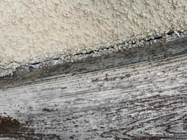ひび割れしている外壁
