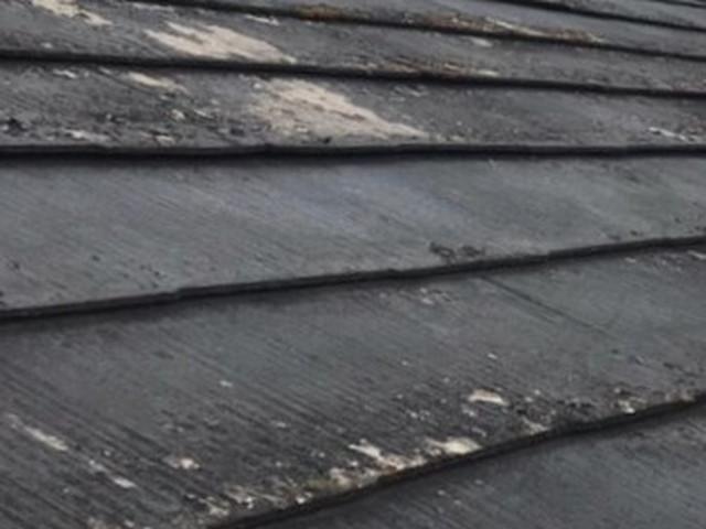 劣化している屋根材